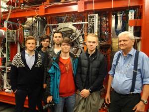 Der Physiker Nachwuchs vom FSG zusammen mit Herrn Ahrens vom MaMi.