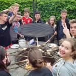 Die Klasse 8b beim abendlichen Stockbrot-Grillen.