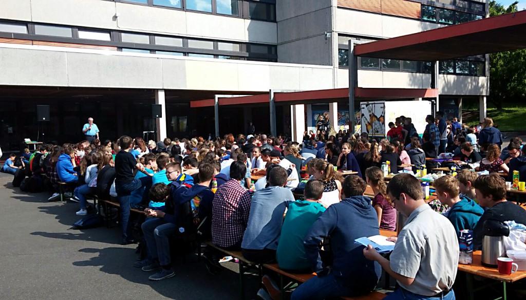 Gemeinsames Frühstück auf dem FSG-Schulhof.