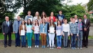 Gemeinsames Gruppenfoto mit Preisträgern von FSG, FWG, Regino-Gymnasium Prüm und Ehrengästen.