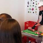 """Beim """"Tag der Schulverpflegung"""" konnten die Schüler beobachten, wie Fleischverarbeitung funktioniert."""