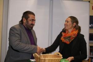 Orientierungsstufen-Leiterin Tina Laux bedankte sich bei Autor Jürgen Jankofsky für sein Mitwirken.