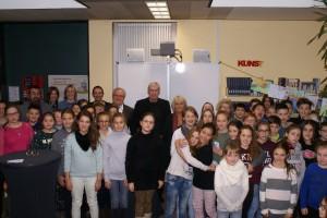 Abschlussfoto in der Bibliothek: Projektleiter Malte Blümke mit allen Mitwirkenden.