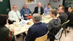 OB Leibe (hinten, Dritter von Links) bei der gemeinsamen Gesprächsrunde.