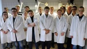 Die Chemie-Leistungskurse im Labor.
