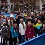 Klassenfoto auf der Eisbahn.
