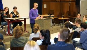 Schüler unterschiedlicher Fraktionen vertraten im Plenum ihre verschiedenen Standpunkte.
