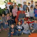 Die Schüler aus der fünften Jahrgangsstufe in der Bibliothek des Friedrich-Spee-Gymnasiums mit dem Autor Martin Ebbertz.
