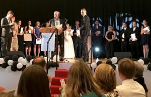 Schulleiter Kajo Hammann und MSS-Leiter Dr. Daniel Drewes überreichten die Abitur-Zeugnisse.