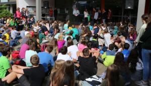 """Auf dem Schulhof traf sich die FSG-Schulgemeinschaft, um """"gute Geschichten"""" der vergangenen Monate zu würdigen."""