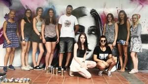Der Künstler mit den Künstlerinnen.