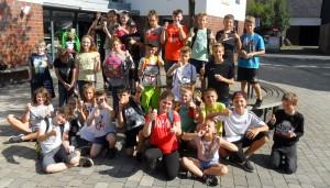 Die Klasse 6a beim Gruppenfoto mit Eis.