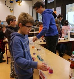 Die Gast-Schüler durften in der Chemie experimentieren...