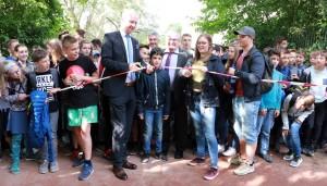OB Wolfram Leibe und Schülersprecherin Alina Lobbe bei der Eröffnung des Bolzplatzes, ...