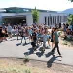 """Bei dem Sommerwetter fand die Begrüßung der Fünftklässler in diesem Jahr """"open air"""" statt."""