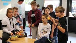 Das Dosenwerfen war eine von vielen Spielattraktionen beim Lampionfest 2018.