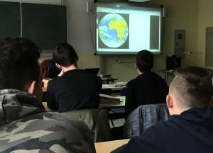Im Erdkunde-Fachraum bekamen die Schüler einen Live-Blick auf die Erde.