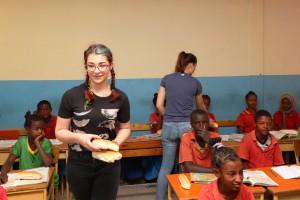 Schülerinnen des FSG helfen beim Verteilen des Frühstücks.