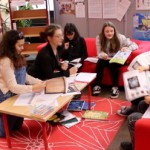 Die Jugendjury trifft sich regelmäßig - wie könnte es auch anders sein - in der Bibliothek des FSG.