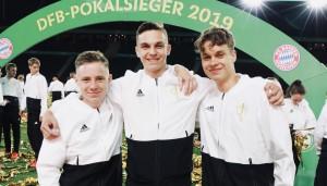 Jeremias, Kevin und Vincent (von links, MSS10) waren beim DFB-Pokalfinale in Berlin als Volunteers dabei.