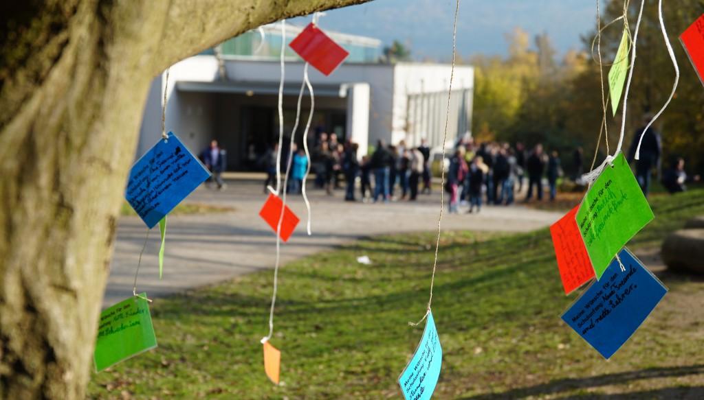 Auf bunten Zetteln formulierten die Viertklässler ihre Wünschen für den Wechsel an die weiterführende Schule.