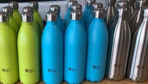 Auf den Flaschen ist das FSG-Logo abgebildet.